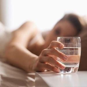 Ce se intampla atunci cand bei apa imediat dupa ce te ridici din pat. Vei ramane mut de uimire…