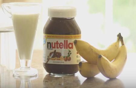 Amesteca banane cu ciocolata si lapte. Vei obtine un desert de casa delicios
