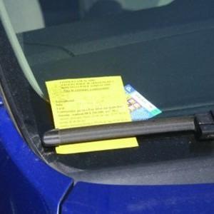 Un barbat a lasat masina parcata cu un bilet lipit pe parbriz. A ramas socat cand a vazut ce scria sub bilet a doua zi?