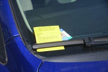 Un barbat a lasat masina parcata cu un bilet lipit pe parbriz