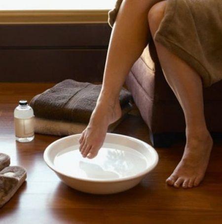 Umpleti un bol cu apa rece si tineti picioarele in el timp de 15 secunde. Efectul va va surprinde