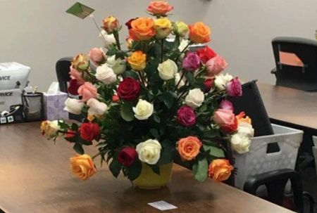 Sotul ei a murit de cancer. Dupa 2 ani, ea a primit un buchet de flori. A citit biletul si a lesinat
