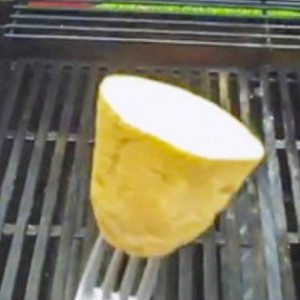 A taiat un cartof si a frecat gratarul cu el. Motivul pentru care a facut asta e genial
