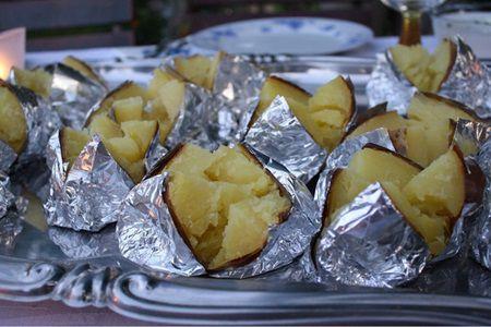 A impachetat cartofii in staniol si i-a pus la cuptor