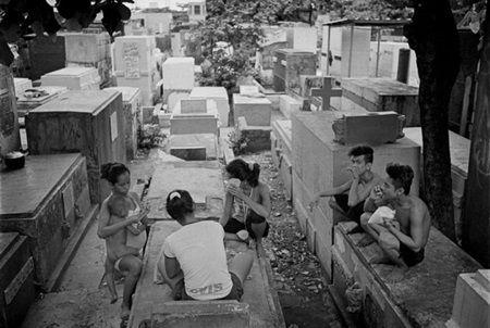 Peste 6.000 de oameni locuiesc in acest cimitir. Motivul pentru traiesc acolo iti taie rasuflarea