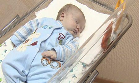 Plansetul acestui copil abandonat de parinti sai atrage o creatura in noapte. Nu veti crede ochilor cine vine la el