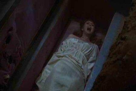 Terifiant! A fost ingropata de vie si a nascut in timp ce era in mormant!