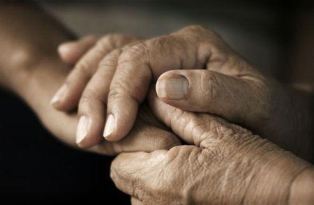 Bunicul care a crescut-o de mica era pe moarte. Cum si-a luat nepoata ramas bun este o lectie de viata