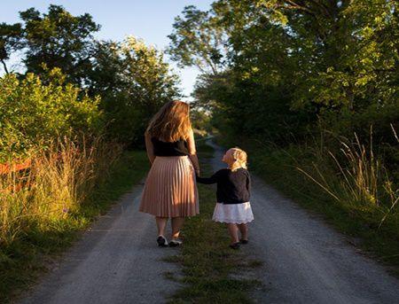 O mama bogata si-a dus fiica intr-un sat sarac. Reactia fetei a lasat-o fara cuvinte!