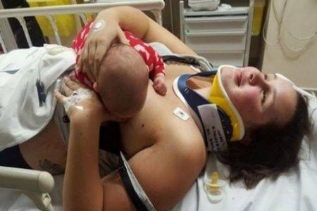 Doar mamele pot intelege asta! A refuzat calmantele dupa un accident grav, ca sa isi alapteze fetita! Ce s-a intamplat cu femeia din imagine