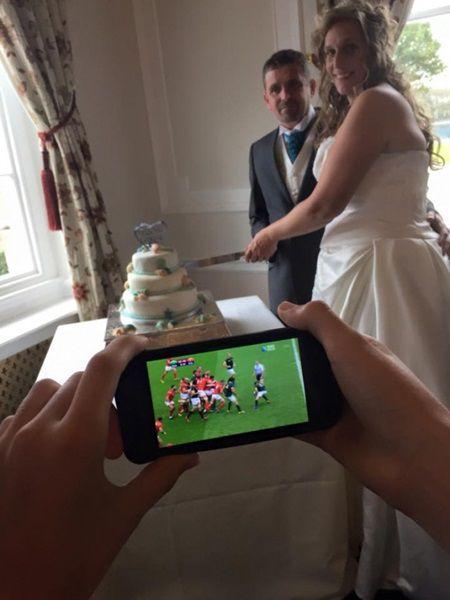 Si-au rugat fiul sa le fac o poza, in timp ce taiau tortul de la nunta