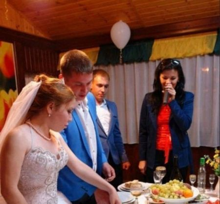 Astia sunt cei mai tarani miri! Uite ce au putut sa isi scrie pe tortul de nunta! Sunt romani si au ajuns de rasul lumii