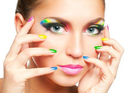 Modele de unghii pentru plaja: se poarta manichiura multicolora